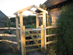 bespoke-chesnut-and-oak-garden-gate-feature
